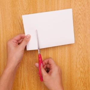 歯ブラシでお絵かきクリスマスカード 半分に折った画用紙に切り込みを入れる工程