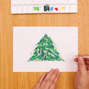 歯ブラシでお絵かきクリスマスカード 綿棒で色を重ねていく工程