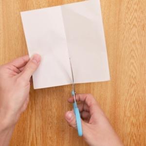 折り紙リース 折り紙を半分に折ってカットする工程