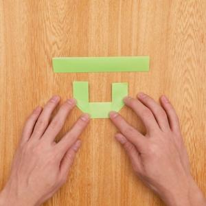 折り紙リース 3分の1の部分を目安に両端を上に向かって折る工程