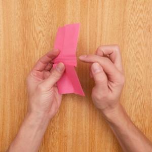 折り紙リースのリボンの作り方 折り目に沿って段降りにする工程