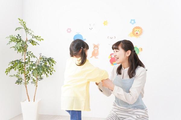 子どもと保育者の画像