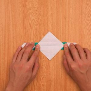 折り紙の門松 さらに裏返して段降りする工程