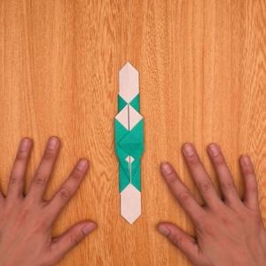 折り紙の門松 下の部分を中央線に沿って内側に折る工程