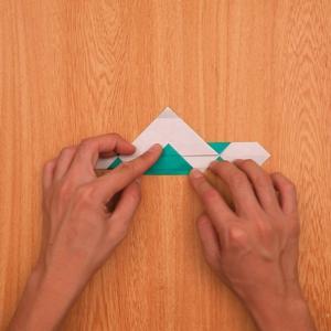 折り紙の門松 真ん中の部分を内側に折る工程