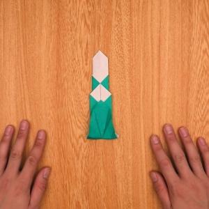 折り紙の門松  下の部分を一度折って開き、折り目に沿って外側に開く工程