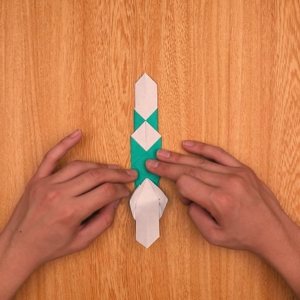 折り紙の門松 下の部分を一度折って開き、左右を外側に開く工程