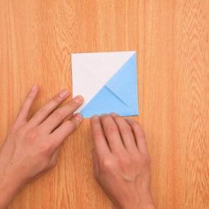 折り紙富士山 裏返して片面の角を折り目に向かって折る工程