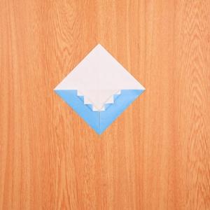 折り紙富士山 角を蛇腹折りにする工程