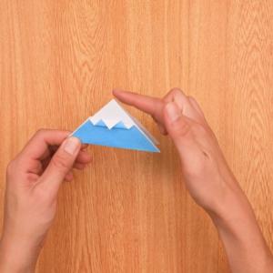 折り紙富士山 山のてっぺんの角を内側に折る工程
