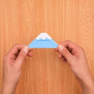 折り紙富士山 折り重なっている点を貼り合わせてできあがり