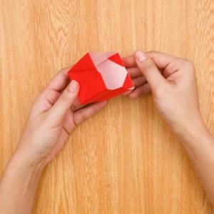 折り紙福袋 袋のように広げて角の部分を内側に折る工程