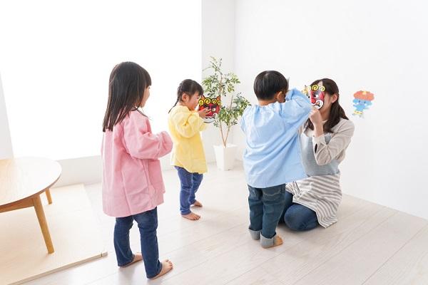 保育士と子どもたちの画像
