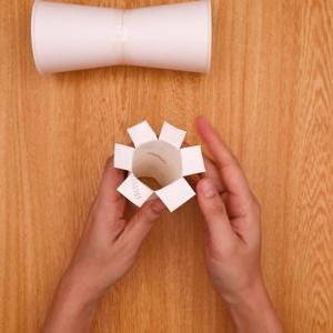 トイレットペーパーにきれい込みを入れて外側に開く工程