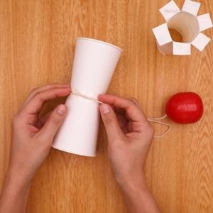 たまについたタコ糸を紙コップに固定する工程