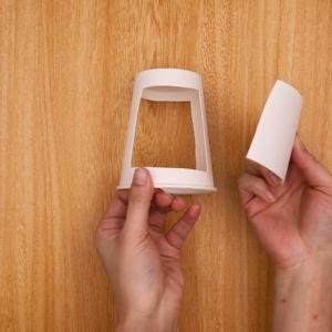 紙コップをカッターで四角に切った