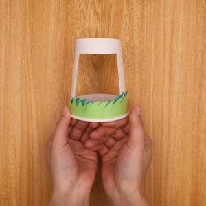 紙コップに草むらを貼り付ける