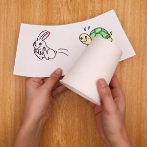 別の紙コップにウサギとカメを書いた画用紙を貼り付ける