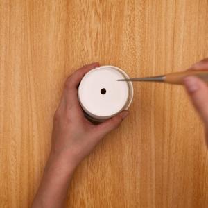 紙コップにキリで穴をあける