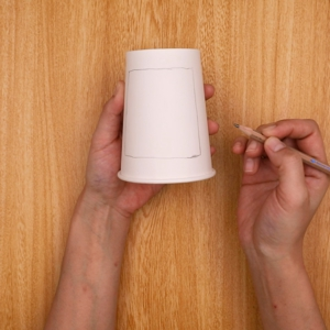 紙コップに鉛筆で四角を書く