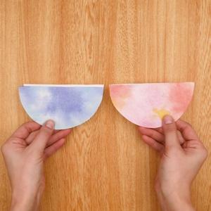 カットした紙皿に折り紙を貼り付ける