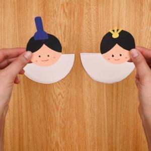 カットした紙皿にお雛様の顔を貼り付ける
