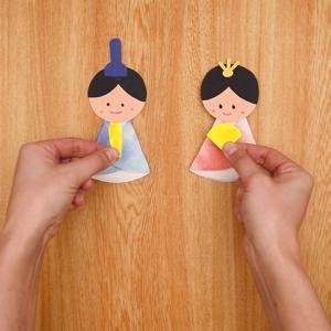 折り紙で作った笏と扇をそれぞれ貼り付ける
