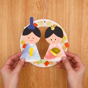 飾り付けた紙皿にお雛様を貼り付けて完成