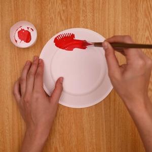 紙皿に絵具で色を塗る