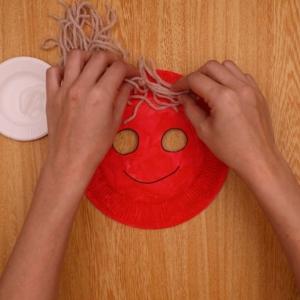 紙皿のりをつけて毛糸を貼り付ける
