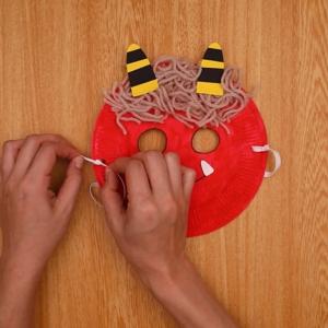 穴の中にゴム紐を通して結ぶ