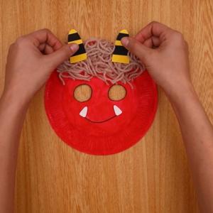 折り紙や画用紙で作った角と牙を貼り付ける