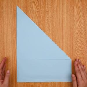 縦にして、右上を対角線上に合わせて三角形に折る