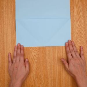 折り紙を裏返し、折り目を目印にして折る