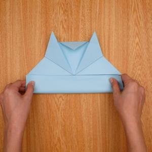 三角の下の四角部分を重ならないように折る