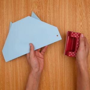 折った四角部分の左右に穴をあける
