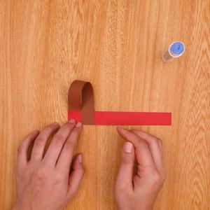 茶色の画用紙のもう片方を貼る工程