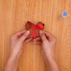 タコ糸を挟むように貼り合わせる工程