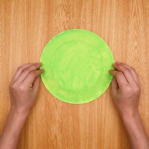 紙皿に色を塗る工程