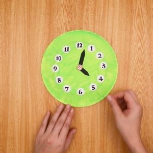 時計盤に数字のパーツを付ける工程
