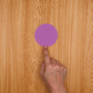 画用紙を円にカットする工程