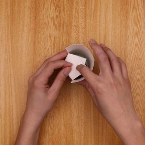 コップの中にプレゼントを入れ、切り込み部分を折り畳む