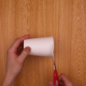 紙コップの飲み口部分のフチをハサミで切る