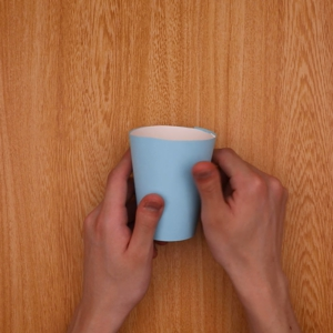扇型に切った色画用紙を紙コップの側面に貼る