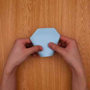 紙コップの左右を奥側に折り込む