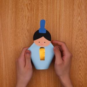 雛人形の顔パーツと笏や扇を貼り付けて完成