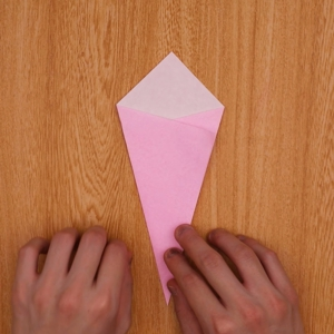 ひし形においた折り紙を折り重ねる工程