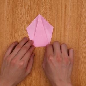 折り紙を裏にして、下部を上に向かって折る工程