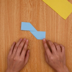 折り紙を2回折って、さらに折り目に合わせて折る