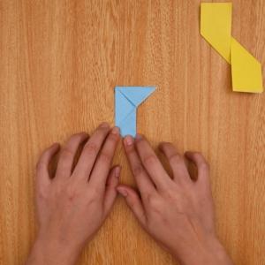 折り紙を裏返しにして、内側に折り畳んでいく